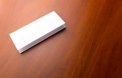 Белый лист бумаги на таблице Стоковые Изображения
