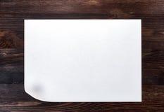 Белый лист бумаги с изогнутым нижним углом Стоковое фото RF