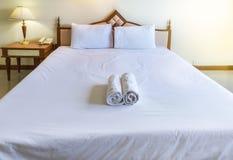 Белый лист постельных принадлежностей и белые подушки в спальне Стоковые Изображения RF