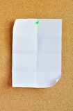 Белый лист прикалыванный на доске объявлений пробочки Стоковое Фото