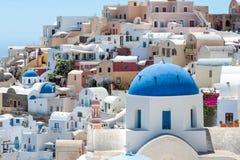 Белый и голубой взгляд Santorini с куполами Стоковое Фото