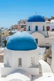 Белый и голубой взгляд Santorini с 2 куполами Стоковые Изображения