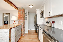 Белый и серый интерьер комнаты кухни стоковая фотография rf