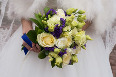 Белый и фиолетовый bridal букет стоковое фото rf