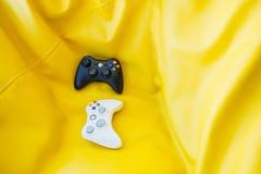 Белый и черный кнюппель для консоли игры на яркой желтой предпосылке абстрактная иллюстрация игры принципиальной схемы 3d Стоковое Фото