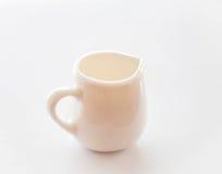 Белый керамический питчер на чистой таблице Стоковые Фото