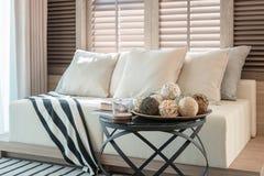Белый комплект цвета подушек и софы в современной живущей комнате Стоковое Изображение