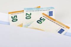 Белый конверт с вполне банкнот евро на белой предпосылке Концепция коррупции и взяточничества Стоковое Изображение RF