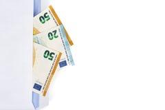 Белый конверт с вполне банкнот евро на белой предпосылке Концепция коррупции и взяточничества Стоковая Фотография
