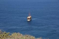 Белый корабль в голубом море Стоковые Изображения