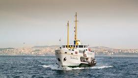 Белый корабль на воде Стоковые Фото