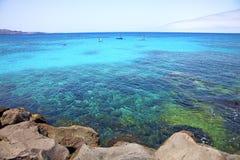 белый корабль пляжа Лансароте Испании побережья Стоковая Фотография RF