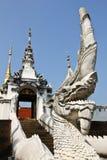 Белый король лестниц Nagas на Wat Pong Sanuk, Lampang Таиланде стоковое изображение rf