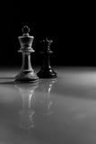 Белый король и черное отражение шахматной фигуры ферзя Стоковая Фотография