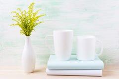 2 белый кофе и капучино mug модель-макет с зеленой травой Стоковая Фотография