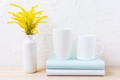 2 белый кофе и капучино mug модель-макет с орнаментальной травой Стоковое фото RF