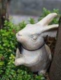 Белый кролик сделанный от керамического для украшения стоковое изображение rf