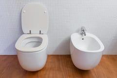Белый крупный план туалета и биде Стоковые Фотографии RF