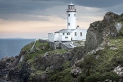 Белый маяк на голове Fanad, Donegal, Ирландии Стоковые Изображения RF