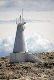 Белый маяк на утесе Стоковая Фотография