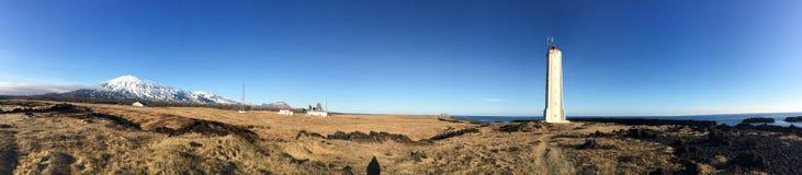 Белый маяк, панорама, снег-покрыл гору, солнечность, Icel Стоковое фото RF