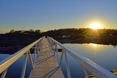 Белый мост загоренный заходом солнца Стоковые Изображения RF