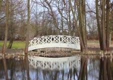 Белый мост на малом пруде в парке Стоковые Фото