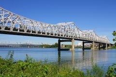 Белый мост реки проезжей части стоковые фотографии rf