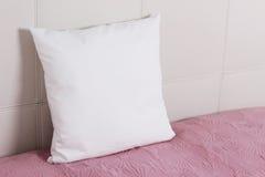 Белый модель-макет случая подушки внутреннее фото Стоковые Фото