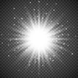 Белый накаляя светлый взрыв взрыва на прозрачной предпосылке Яркое украшение влияния пирофакела с sparkles луча Стоковые Фото