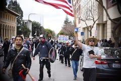 Белый националист и анти--Facist потасовка групп в городском Беркли Калифорнии Стоковые Изображения