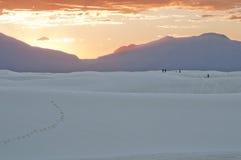 Белый национальный монумент песка на заходе солнца и горах Стоковое фото RF