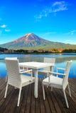 Белый обеденный стол на предпосылке озера и горы Стоковое Фото