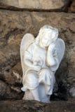 Белый оплакивая ангел фарфора на кладбище Mirogoj, Загребе Стоковая Фотография