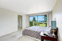 Белый освежая интерьер спальни с палубой выхода Стоковое Изображение