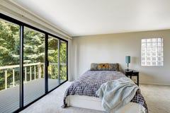 Белый освежая интерьер спальни с палубой выхода Стоковые Фотографии RF