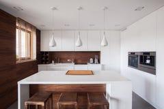 Белый остров кухни стоковые изображения rf