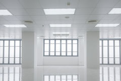 Белый офис с светом окон Стоковое Фото