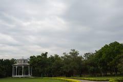 Белый павильон в саде Стоковая Фотография