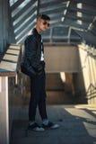 Белый парень в солнечных очках на солнечный день lifestyle стоковая фотография rf