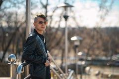 Белый парень в солнечных очках на солнечный день lifestyle стоковое изображение rf