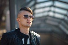 Белый парень в солнечных очках на солнечный день lifestyle стоковая фотография