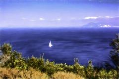 Белый парусник в море с солнечным светом и небом Предпосылка природы сезона лета Стоковые Фото
