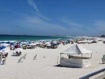 Белый песок и зеленый океан в Бразилии Стоковые Изображения RF