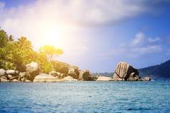 Белый песок коралла на тропическом пляже. Остров Digue Ла, Seyshelles. Стоковое Фото