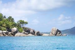 Белый песок коралла на тропическом пляже. Остров Digue Ла, Seyshelles. Стоковое фото RF