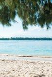 Белый песок на тропическом пляже Стоковая Фотография RF