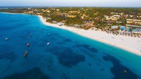 Белый песчаный пляж Занзибара стоковые изображения rf