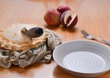 Белый пирог персика готовый быть послуженным стоковое фото