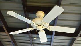 Белый потолочный вентилятор стоковые фото